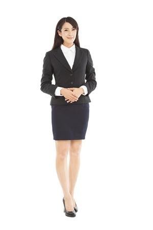 完全な長さに立っている美しい女性実業家
