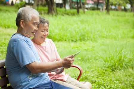 chinois: Les personnes âgées heureux couple asiatique avec Tablet PC