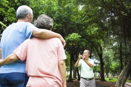 personas: mayores felices que toman el cuadro por el teléfono elegante en el viaje