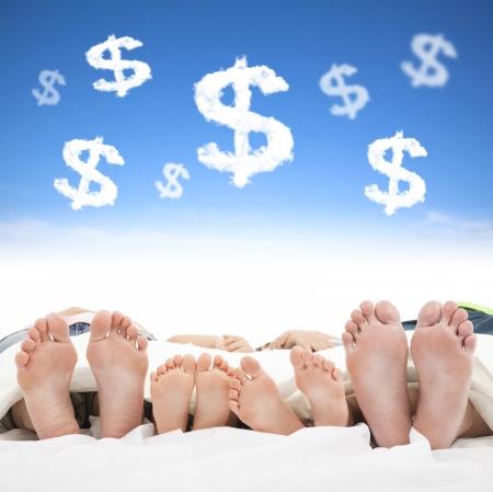 sono: sono da família na cama com o conceito de sinal de dinheiro Imagens