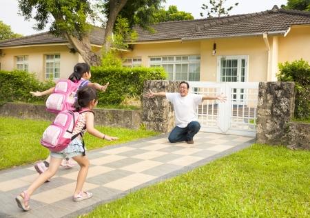 asian home: padre felice con i bambini di fronte a casa Archivio Fotografico