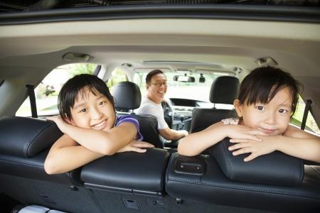 rodzina: szczęśliwa rodzina siedzi w samochodzie