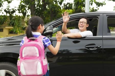 Petite fille dire au revoir avec le père en face de l'école Banque d'images - 21974229