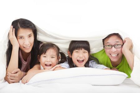 chinois: Famille heureuse sur le lit