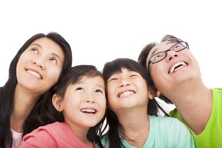 cara sorprendida: Familia feliz mirando hacia arriba