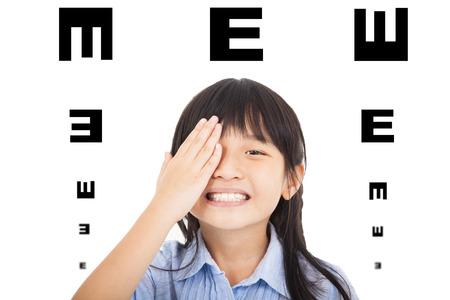 examen de la vista: niño feliz con el concepto de la visión