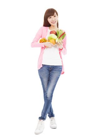 슬림 젊은 여성이 들고 과일과 야채
