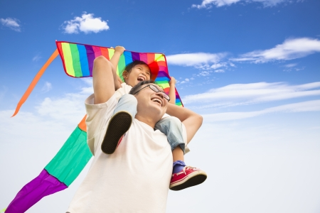 heureux père et petite fille avec cerf-volant coloré