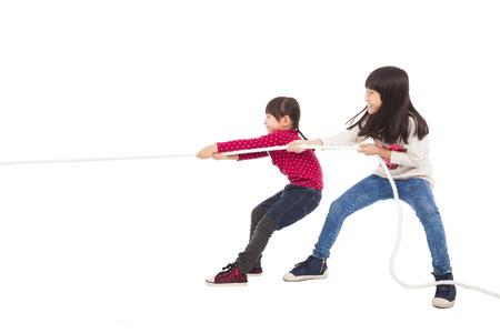 Happy kleine Kinder spielen Tauziehen