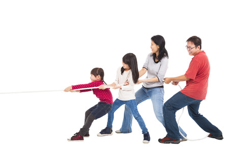 glückliche Familie spielen Tauziehen