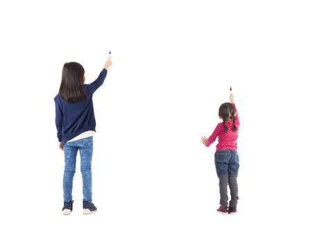 achteraanzicht twee kinderen tekenen op wit wordt geïsoleerd Stockfoto