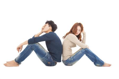 chateado: jovem casal sentado de costas, durante o conflito Banco de Imagens