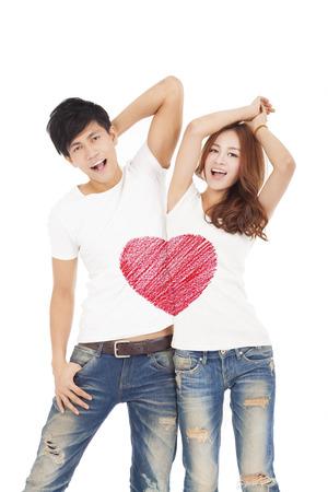 jovenes enamorados: feliz pareja con diseño del símbolo del corazón del amor de la camiseta de la pizca