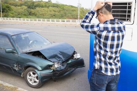 Stressed Driver kijken de auto na verkeersongeval Stockfoto