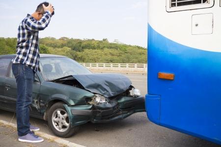 accidente transito: Conductor tensionado mirando coche despu�s de accidentes de tr�fico en la carretera Foto de archivo