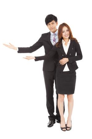 Jong lachend zakelijke vrouw en man met welkom gebaar Stockfoto