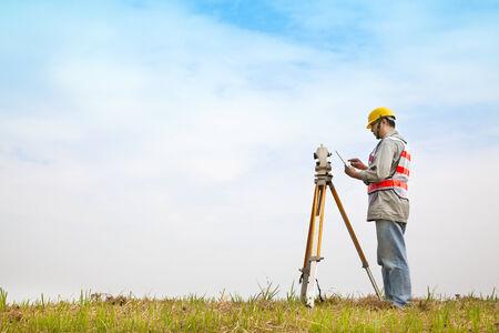 surveyor: Ingeniero topógrafo haciendo medida en el campo con tablet pc Foto de archivo