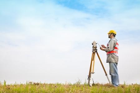 Ingeniero topógrafo haciendo medida en el campo con tablet pc