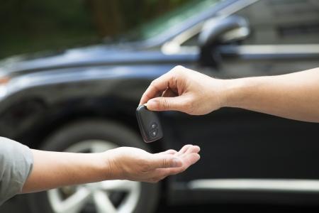 handen geven en ontvangen autosleutel Stockfoto