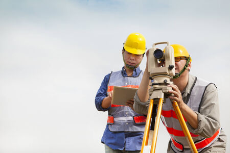 teodolito: Ingeniero topógrafo haciendo medida con tablet pc Foto de archivo