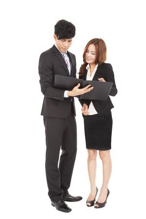 företag: Affärsmän som står och läser dokument tillsammans Stockfoto
