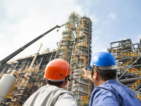 zwei Fabrikarbeiter Diskussion und Zeige zur Inspektion