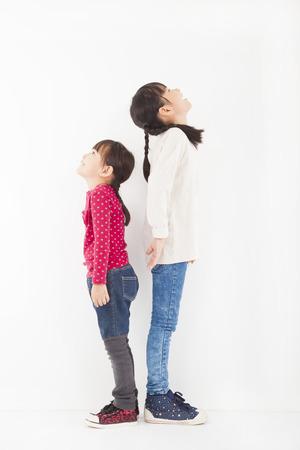見上げると 2 つの小さな girle 一緒に立って