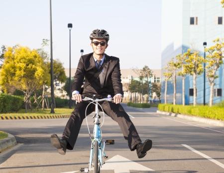 ejecutivo en oficina: hombre de negocios que monta la bicicleta a la oficina