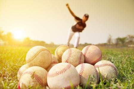 beisbol: Los jugadores de b�isbol para la pr�ctica de lanzar fuera