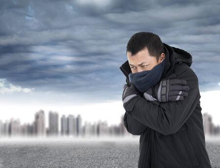 야외 추운 날씨에 젊은 남자가 체결 몸