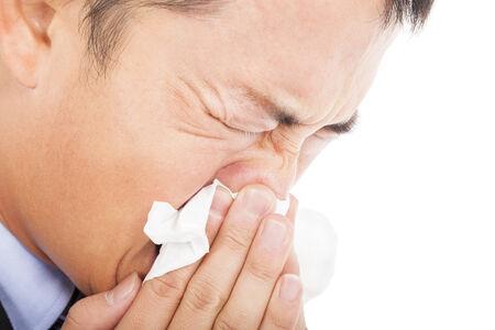 tremante: giovane � starnuti con la carta igienica