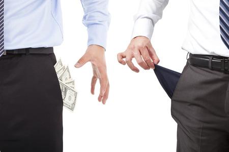 bolsa dinero: uno empresarios captan dinero, un bolsillo vacío Foto de archivo