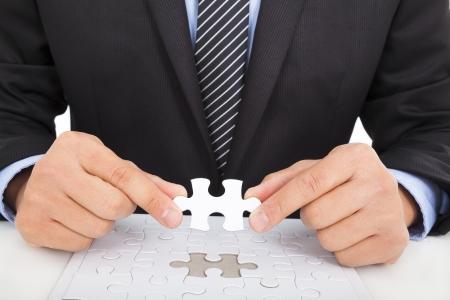 competencias laborales: hombre de negocios la celebración de un rompecabezas