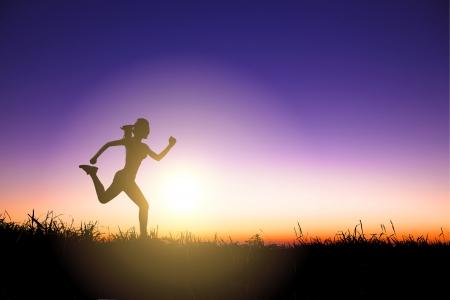 美しい夕日だけで走っている女性のシルエット