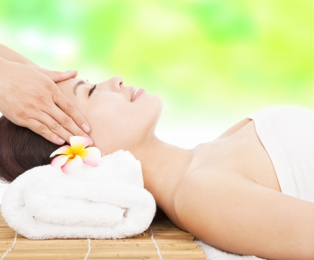 massaggio del viso per donna in spa salon photo