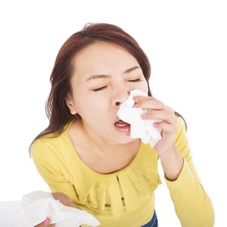 tosiendo: mujer joven con una alergia estornudar en tejidos