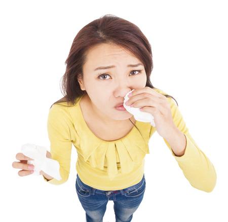 tremante: asian giovane donna con naso che cola con i tessuti