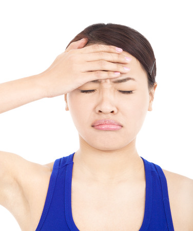 cabizbajo: chica guapa dolorosa con tocar la cabeza