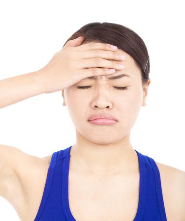 alicaído: chica guapa dolorosa con tocar la cabeza