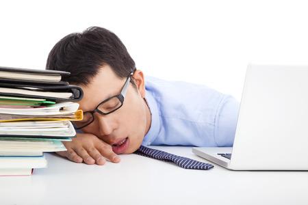 jonge zakenman te moe om in slaap op het bureau