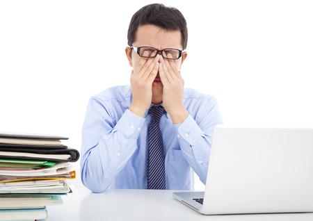agotado: hombre de negocios es demasiado fatigado para frotarse los ojos