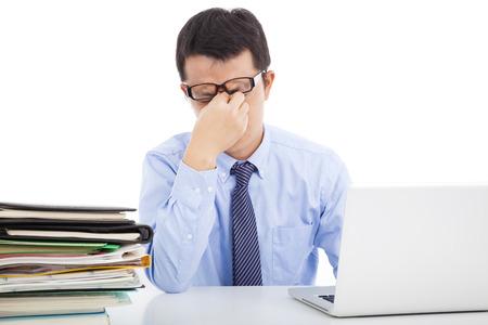 hombre de negocios es demasiado exceso de trabajo para frotarse los ojos