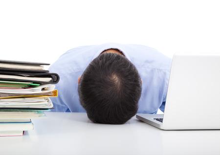 hombre cayendo: Hombre de negocios agotado quedarse dormido en su escritorio de oficina