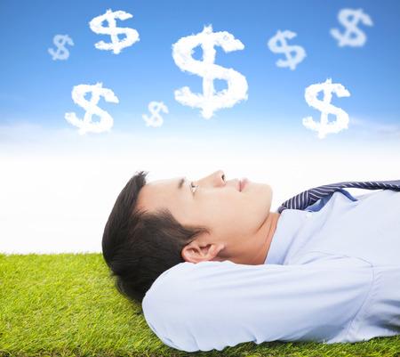 el pensamiento de negocios de dinero y la meta en un prado