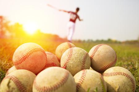 campo de beisbol: Los jugadores de b�isbol practican agitar un palo en un campo