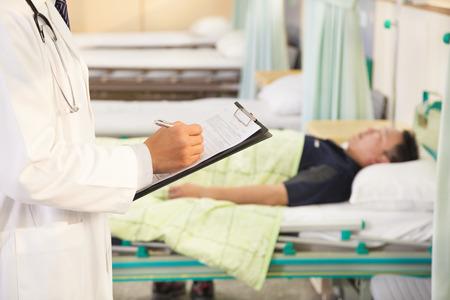 historia clinica: m�dico registra pacientes situaci�n m�dica
