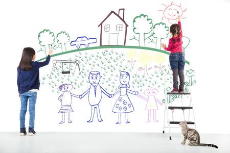 trekken: twee kinderen tekenen hun droom op de witte muur Stockfoto
