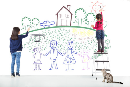 schreiben: zwei Kinder, die Zeichnung ihren Traum auf der wei�en Wand Lizenzfreie Bilder