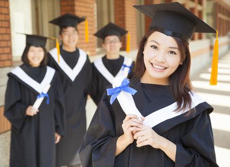 vysoká škola: usmívající se škola drží diplom se spolužáky