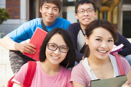 estudiantes universitarios: Feliz estudiantes universitarios sentados en la escalera